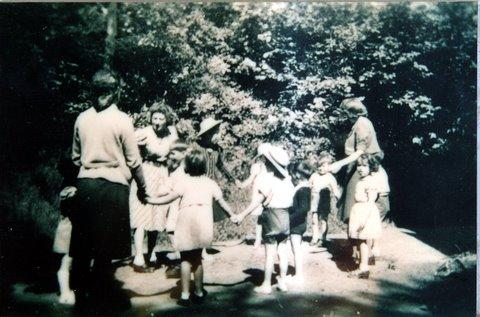Non coté Fonds OSE Pouponnière de Limoges 40. Ronde d'enfants à la Pouponnière pendant la guerre.