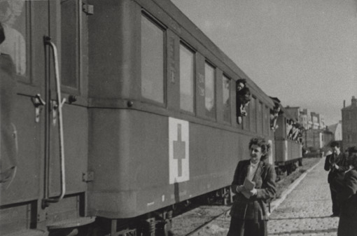 OSE_C_2_3. Dora Werzberg devant un convoi de la Croix-Rouge à Gurs (Pyrénées-Atlantiques). France, 1942 OSE_C_2_3 1942. Amelan Dora.