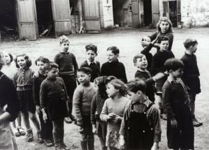 OSEA_10_115/OSEA1_Enfants dans la cour du château de Chabannes (Creuse), 1942-1943. 1943 CREUSE.